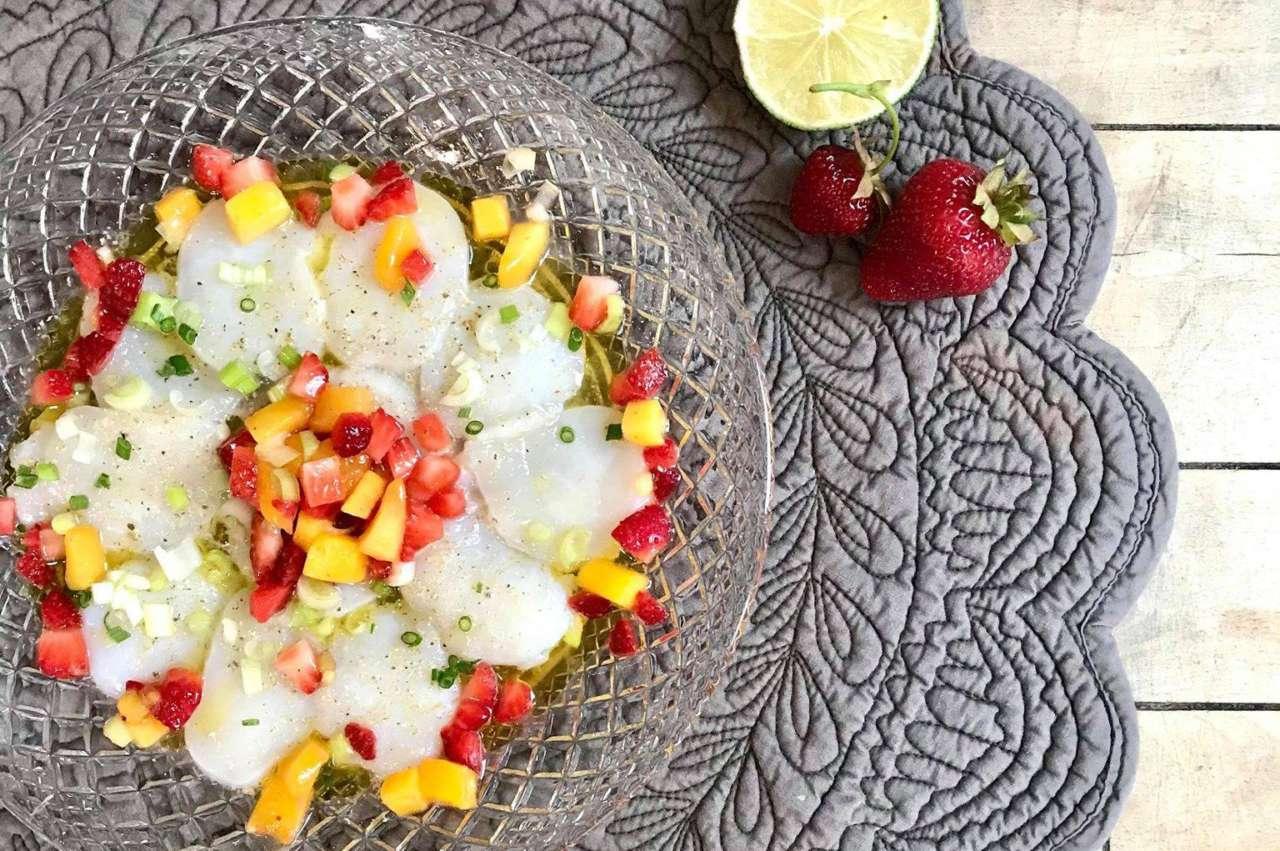 Ceviche de pétoncles et salsa mangue-fraises