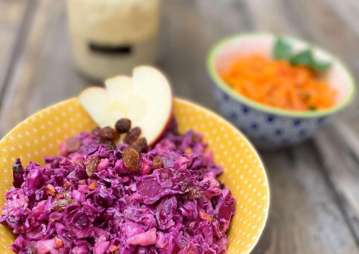 Salade de chou rouge, pomme, raisins