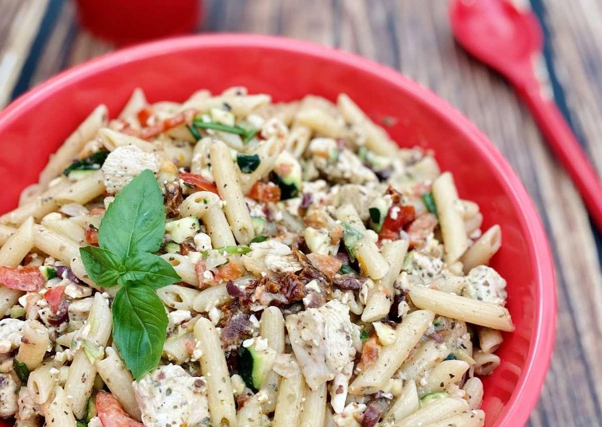 Salade de penne et poulet mariné à la Grecque